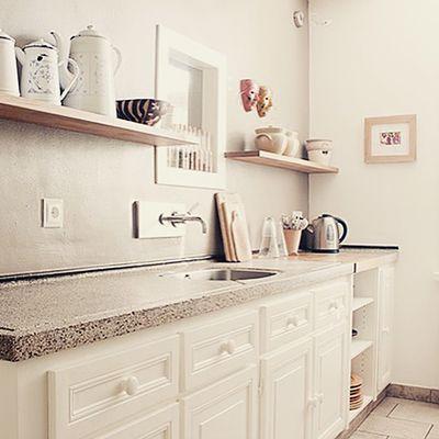 Authentieke keuken krijgt opfrisbeurt, mooi met sprekende kleur op de muur