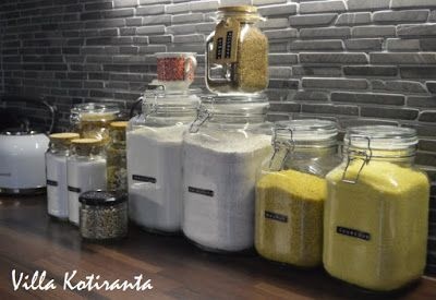 Lasiset säilytyspurkit keittiön kuiva-aineille. Dymo -laitteella tekstit purkkien kylkeen. / Glass jars for storing food ingredients in kitchen. Texts to the jars made with Dymo -machine.