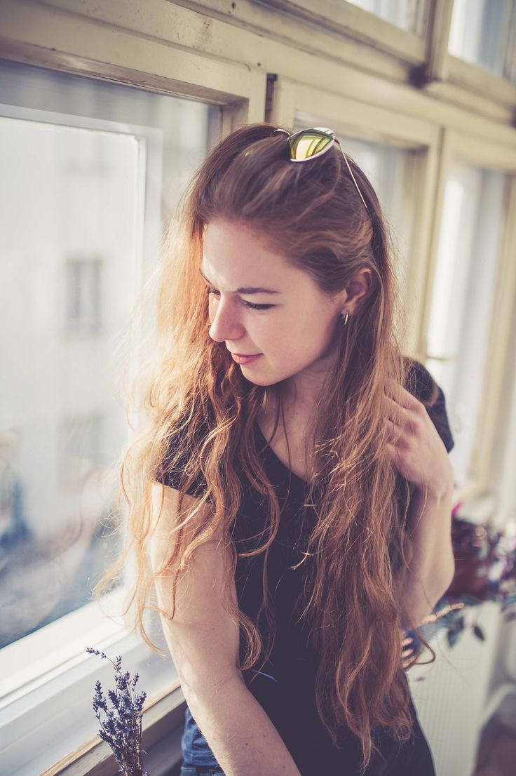 #morning #girl #beauty #smile #natural #pose #woman #lifestyle #daylight #hat #gingerhair #portrait #photography #portraitphotography #sun #window
