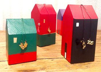 Χαρίστε δώρα από το Μέγαρο Ξύλινα σπιτάκια-γούρια ζωγραφισμένα από την Εύα Αναγνώστου