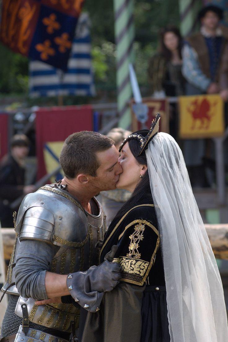 Jonathan Rhys Meyers as Henry VIII and Maria Doyle Kennedy as Catherine of Aragon in The Tudors Season 1