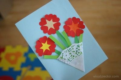 Laurka z kwiatkami z okazji dnia mamy. A card with flowers to celebrate the mother's Day.