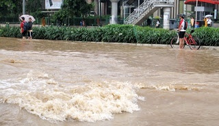Pesepeda ragu-ragu melintasi jalan Thamrin, Jakarta, Kamis (17/1). Beberapa penggemar olahraga sepeda sengaja berlatih saat banjir menggenangi Jakarta.