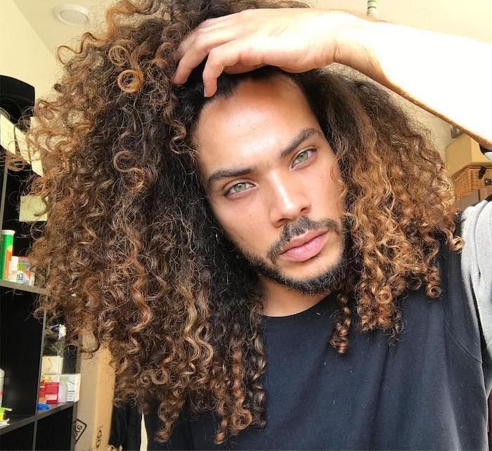 Lange Haare Manner Mann Mit Grunen Augen Und Lockigen Langen Haaren Naturliche Frisuren Lockige Frisuren Frisuren Langhaar