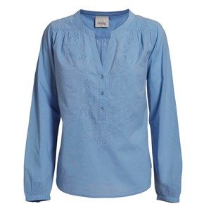 Buddah shirt w embroidery, oxford blue. A light and pretty shirt perfect for spring. The shirt has beautiful Indian embroidery on the front and is lightly form-fitting. Made from 100% GOTS certified organic cotton.