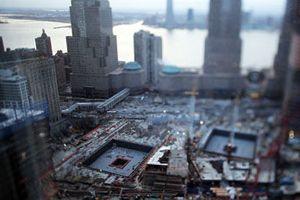 2001년 9월 11일 테러사건으로 인해 한 순간에 붕괴되어 버린 세계무역센터. 이로써 뉴욕의 랜드마크 하나가 사라지게 되었다. 재건과 역사적 현장보존을 둘러싼 논의 끝에 기념관을 포함한 고층빌딩군을 짓는 것으로 결론이 났다. 현재는 기초공사와 함께 9.11의 생존자와 유가족, 구조원들에 의한 워킹투어가 진행중이다. 신청은 비지터센터 또는 인터넷으로 가능하며 투어시간은 약 1시간 정도이다.