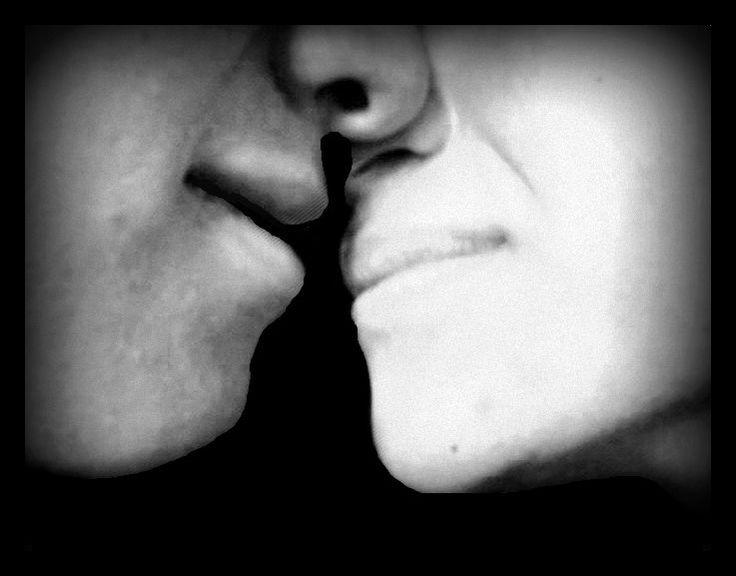 Doble Gestalt: A primera vista se ve una pareja besándose, pero si nos enfocamos en la silueta negra que se forma entre los dos, veremos a una mujer con un vestido.