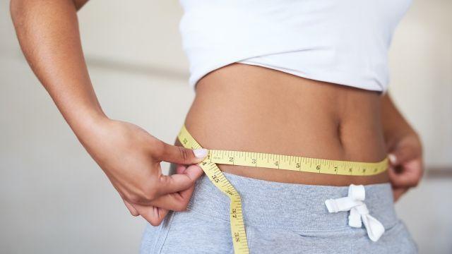 Jednoduchý cvik vás zbaví tuku kolem pasu. Stačí cvičit pár vteřin denně, zvládnete to i během sledování TV.Večer, když si chcete prohlédnout oblíbený seriál,