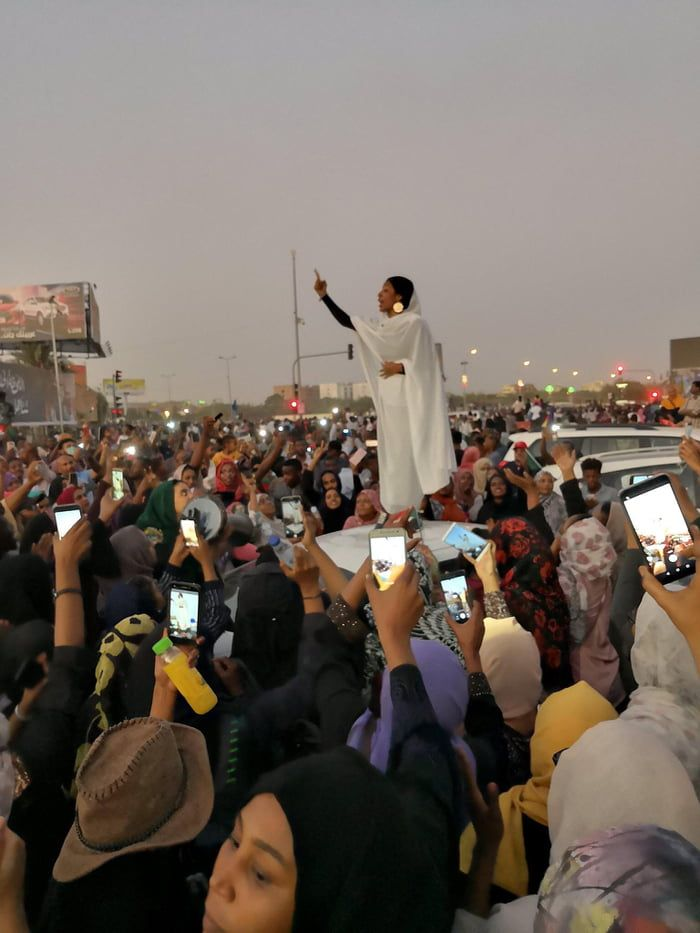 This Photograph Of A Young Sudanese Woman Dressed In A Traditional Tob Today Has Already Become One Of The Iconic Images Of The Protests Sudan Iconic Photos Drawing People