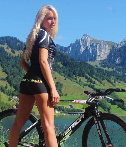 Si no te gusta el ciclismo, cuando veas la galería fotográfica del Sexy Calendar Swiss, te enamorarás de este deporte. Y es que de nuevo se ha publicado este singular calendario en que chicas de todo el mundo posan con ceñidos maillots junto a sus...
