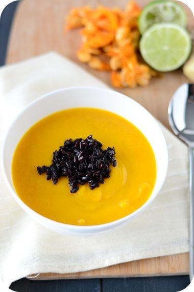 Kürbis-Kokos-Suppe mit schwarzem Reis
