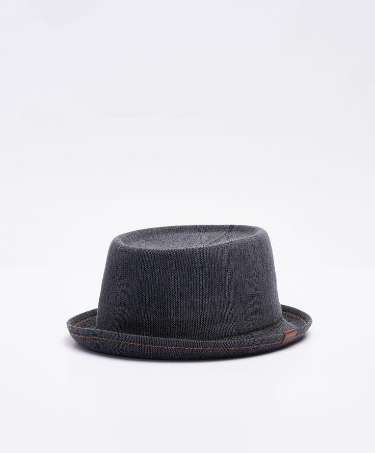 Indigio Mowbary hatt från Kangol. Det här är en blå hatt som är tillverkad i en luftig kvalitet. Hatten har en liten patch med logotyp på ena sidan och en resårkant på insidan.  Luftig kvalitet Resårkant Patch med logotyp 55% Bomull 45% Modakryl