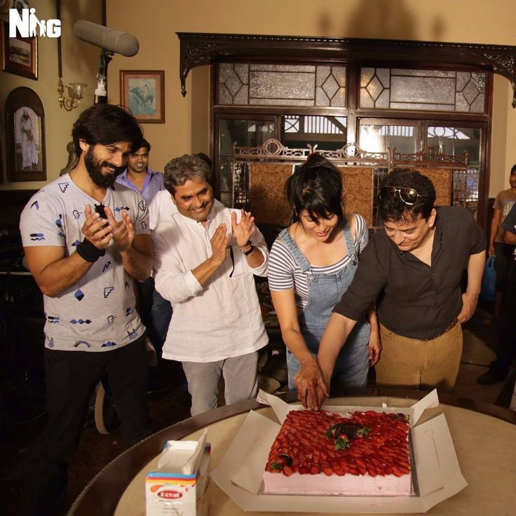 #SajidNadiadwala & @wardanadiadwala celebrate their anniversary with @shahidkapoor & #VishalBhardwaj! #RangoonBegins