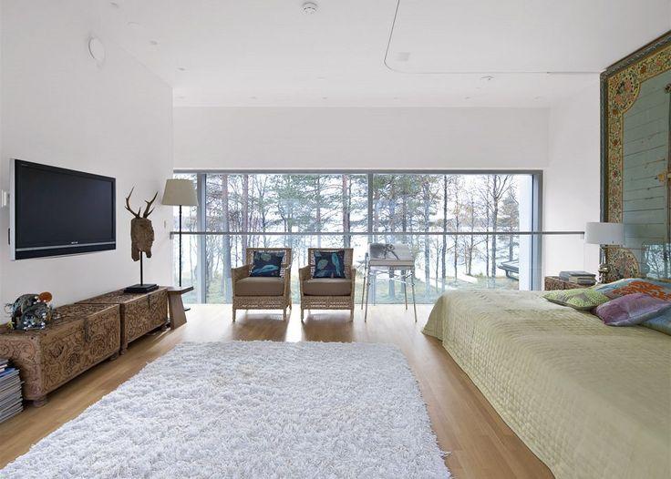 Stěnu ložnice krášlí jeden z dvanácti kusů stropních panelů ze starého rozebraného paláce indického mahárádži. Lůžko vyrobené na míru truhláři z Pentiku doplňují vyřezávané truhly, které slouží jako noční stolky. Po obou stranách přímo z postele mohou manželé pozorovat okolní přírodu.
