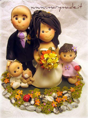 Il cake topper di famiglia - genitori e 2 figli e coccinelle ed un orestto in braccio alla bambino più piccolo - che teneri ch… | cake-toppers-marymade | Pinte…