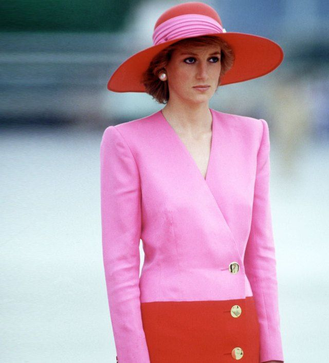 Νταϊάνα: Η πριγκίπισσα που έβαλε φωτιά στη βασιλική γκαρνταρόμπα: Μόνιμος στόχος των φωτογράφων, μετρ της εξουσίας της εικόνας, η…