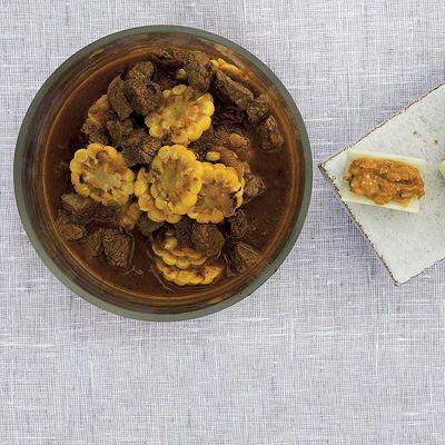 Köttgryta serverad med rostade kastanjer, mangold och hjortron.
