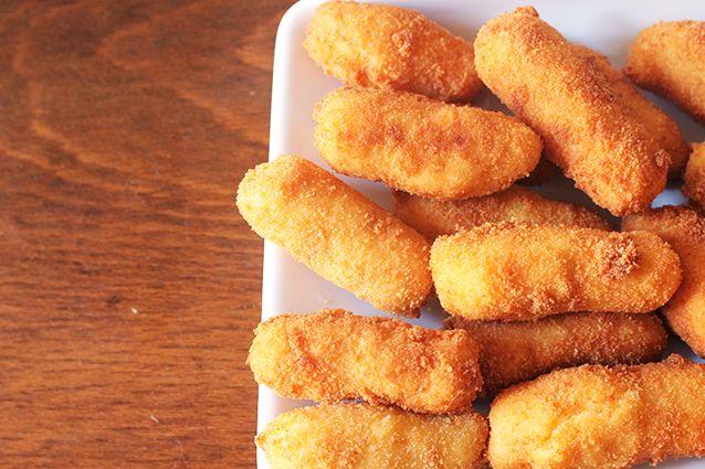 Le crocchette di patate sono un antipasto sfizioso da servire anche come finger food. Una ricetta golosa e semplice da preparare, amata sia dai grandi che dai piccini