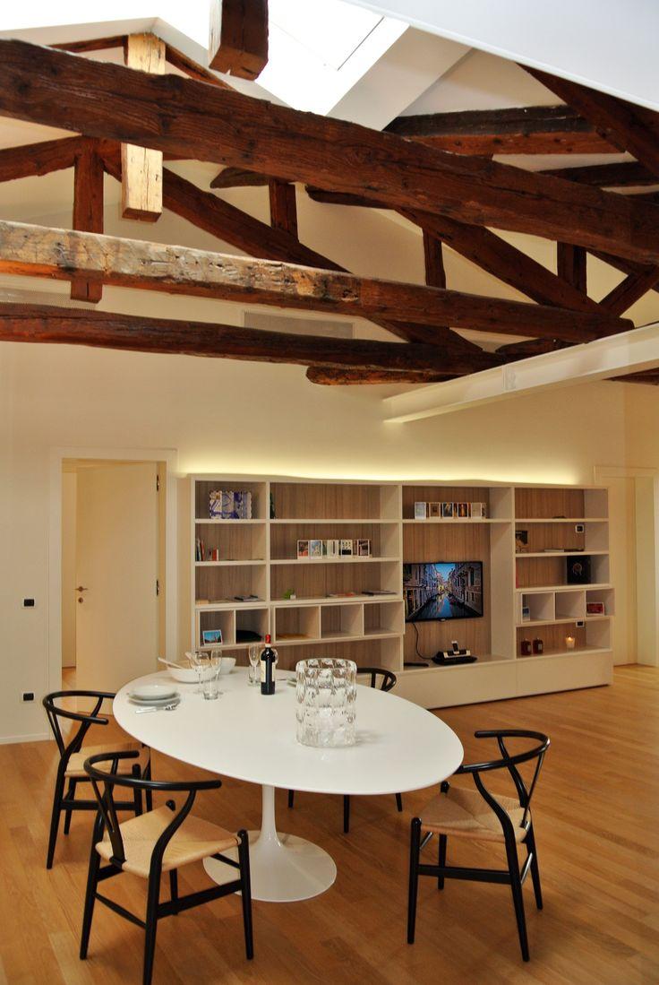 Soggiorno con arredi lineari e moderni, perfetti per dare risalto agli spazi e alle travi originali del soffitto #architettura #interni