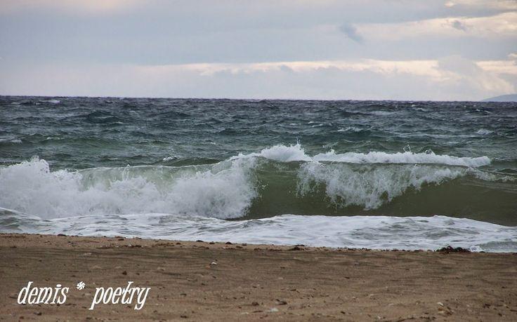 demispoetry:   Η παραλία μας δεν έχει πια φωτιέςΟύτε παρέες με ...