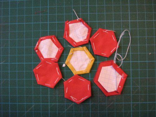 Etape1: Tracer un Hexagone régulier ( 6 côtés égaux): Tracer un cercle et reporter 6 fois le rayon sur la circonférence. Relier ces points deux à deux. Entraînez-vous à faire un travail précis sur des cercles moyens ou de petits cercles..... Etape 2:...