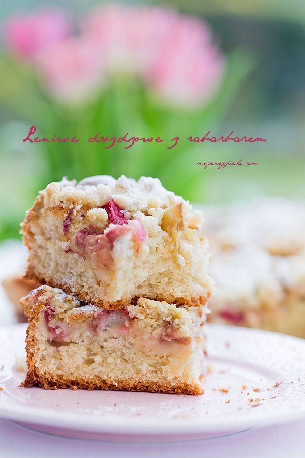 Leniwe ciasto drożdżowe z rabarbarem