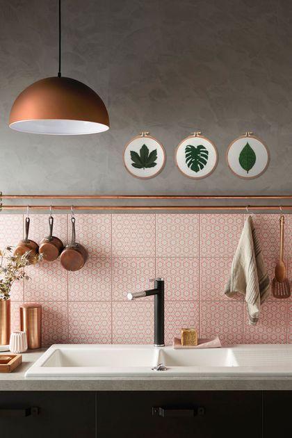 Detalhe cozinha com rosa e cinza e pegada industrial