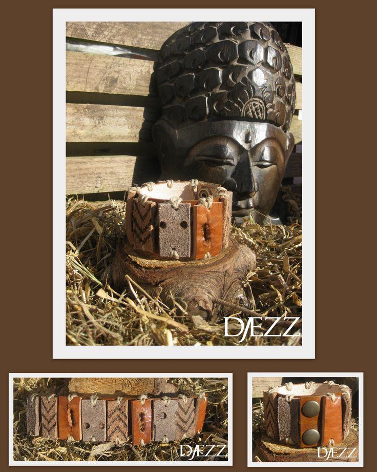 Basic Sun Surf Collection  Echt lederen handgemaakte Heren armband. De basis bestaat uit een rundlederen band. Daarna zijn er losse lederen delen op de band bevestigd van rund en buffelleer, de stuctuur is duidelijk zichtbaar gebleven. De elementen zijn bevestigd met touw waardoor het een stoere robuuste uitstraling geeft. De sluiting is voorzien van twee drukknopen. voor info:  https://www.facebook.com/pages/Djezz-Leather-Design/835984409763008
