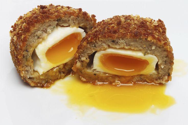 Lo Scotch egg o uovo alla scozzese, è una prelibatezza a base di uovo alla coque avvolto in una polpetta alla salsiccia. La ricetta scozzese più amata al mondo !