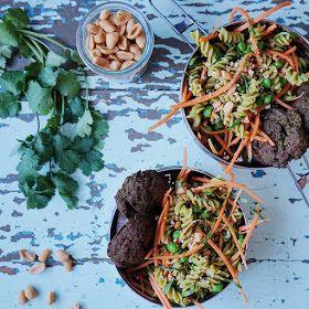 Vanløse blues.....: Grønne frikadeller med peanutbutter & ærtepasta salat - Retro mad i nye klæder