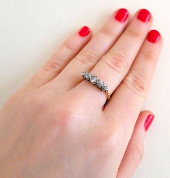 Antiek Victoriaanse 9ct gouden ring, met vijf diamanten instellen in witgoud. Deze prachtige ring is een Victoriaanse verlovingsring. De ring is levensoffer te dragen en gemakkelijk met andere ringen kunnen zitten.  METING De ring is een UK grootte, M en ons grootte 6.5. De breedte van het bereik van 1,6 mm - 4.6mm. De instelling van de diamant meet 1.8cm/0.7 in lengte.  VOORWAARDE Uitstekend  KENMERKEN Geen, 9ct gouden getest.  DATUM & oorsprong  GEWICHT 3.61g  SKU 4061  -----------...