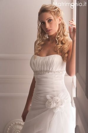 acconciatura sposa con capelli semiraccolti di Gerardina Spose. Guarda altre immagini di acconciature sposa: http://www.matrimonio.it/collezioni/acconciatura/2__cat