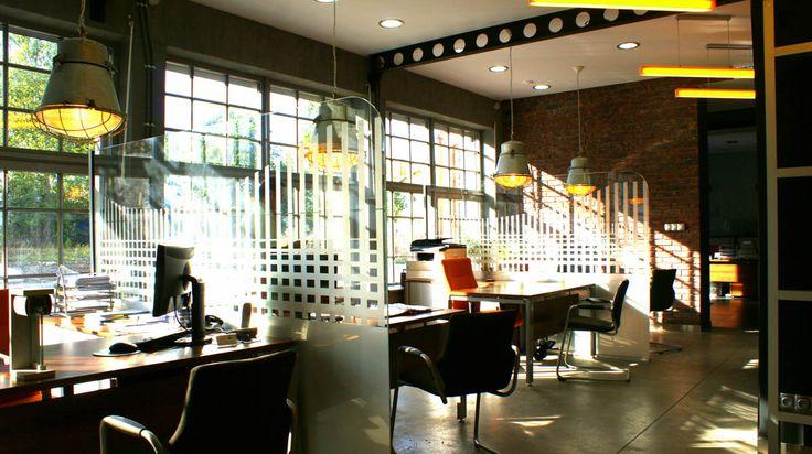 Modern office with glass walls - exaple of industrial interior design  Nowoczesne biuro ze szklanymi ściankami - przykład industrialnego aranżowania wnętrz