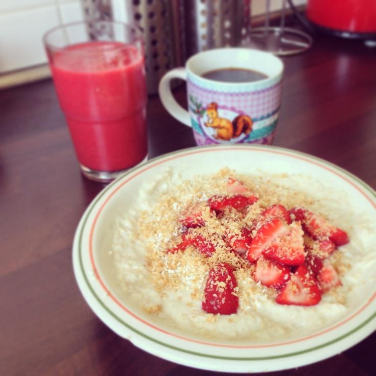 Amaranth-Joghurt mit Erdbeeren und gerösteten Kokosflocken dazu ein Beerensmoothie