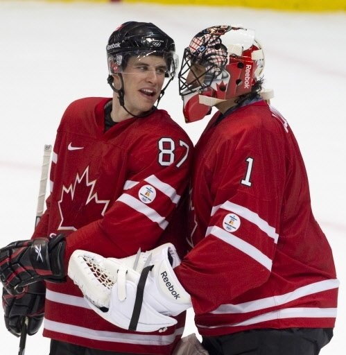 JO de Vancouver - 16 février | Cyberpresse  André Pichette, La Presse | Sidney Crosby et Roberto Luongo avaient l'air satisfaits de la performance d'Équipe Canada après leur victoire de 8-0 contre la Norvège.