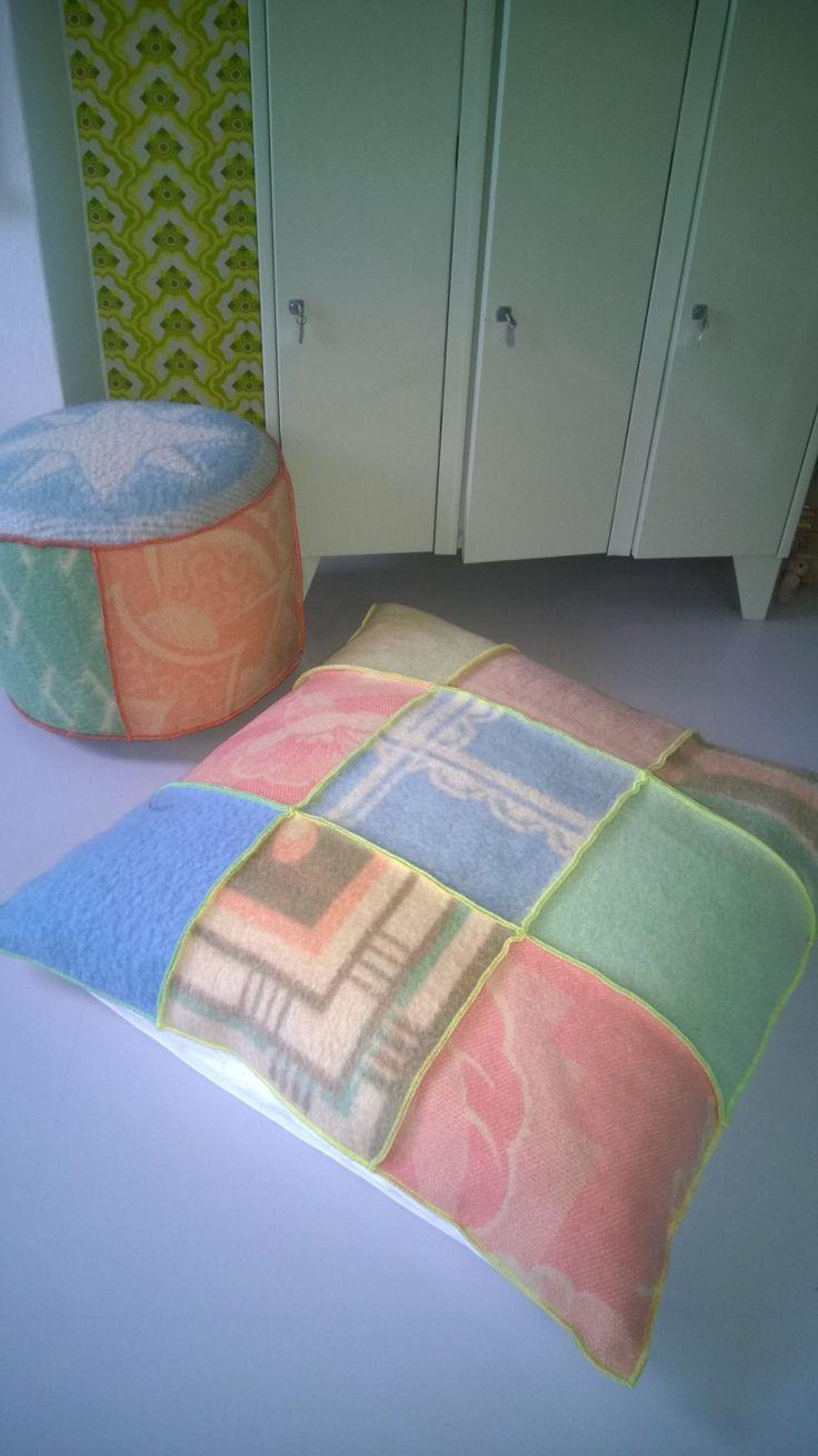 grote zitzak bekleed met wollen dekens in pasteltinten. Afmeting 90-90 cm
