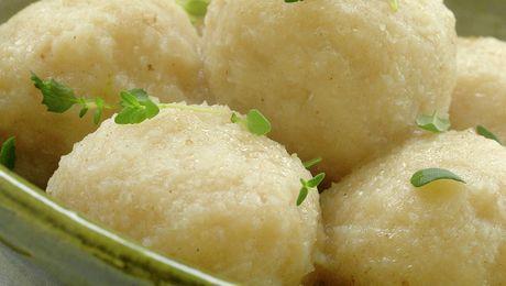 Raspeball, komle, potetball... kjært barn har mange navn. Dette er tradisjonell mat i hele landet vårt, men tilbehør og spisemåter varierer etter hvor i landet man befinner seg. Her er en generell oppskrift som passer godt til salt lammekjøtt.