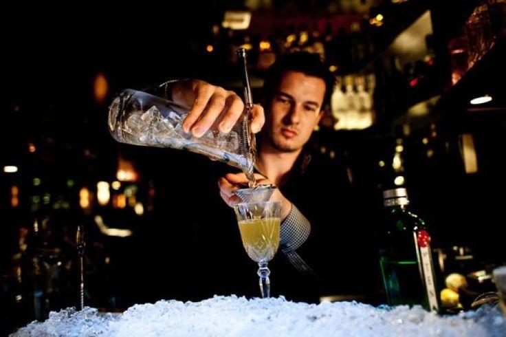 Barkeeper Knud Scheibelt in der Schwarz Weiß Bar. Hier legt man Wert auf Handarbeit, Liköre und Sirups stammen aus eigener Herstellung