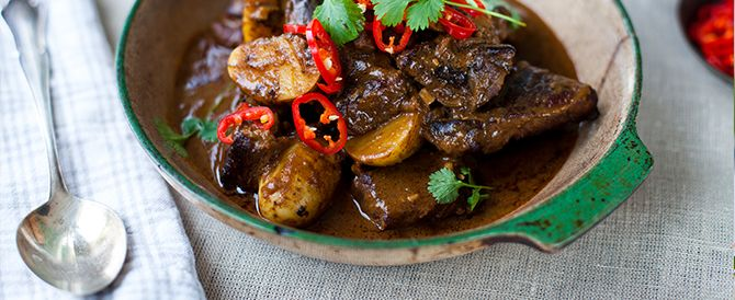 Hoofdgerecht 4-6 personen Bereidingstijd: 30 minuten + 1 1/2 uur stoven Bereidingswijze: Verhit de helft van de olie boven een hoog vuur in een vuurvaste stoofpan met een deksel. Bereid het vlees in porties en bak tot het aan alle kanten mooi bruin gebakken is. Leg het op een bord en bak de rest van het vlees. Zet weg.