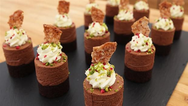 Chokolademoussekager med skjult hindbær, hvid ganache og knas En kage til den sande chokoladeelsker