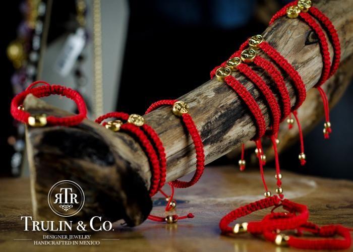 Trulin Co: Pulseras San Benito (niño) - Kichink  El rojo es protección en la mano izquierda y San Benito es un santo protector de malas energías.  *Medalla con chapa de oro de 18k, tejida en hilo rojo.