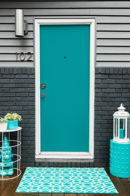 This+door+in+a+bold+turquoise+hue+feels+like+it's+straight+from+Palms+Springs.+(And+we+love+it.) Get+the+Look:+Sherwin-Williams+Splashy+(SW+6942)