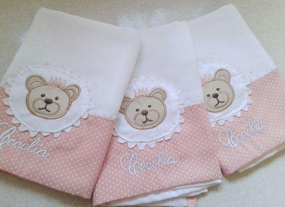 3 Fraldas Luxo Branca Cremer Urso    Nossos produtos são personalizados e exclusivos para dar toda sofisticação e conforto para seu neném...    Medidas  Tamanho: 33 cm x 33 cm