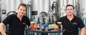 """Albur cervecería artesanal Albur es sin duda una de las cervecerías que nos hacen voltear hacía Monterrey, tierra cervecera (industrial) desde hace varias décadas, que recientemente ha demostrado que pueden hacer excelentes cervezas artesanales. Dándole una raya más al tigre llamado """"Norte"""". 3 cervezas, Chalupa, Mano Pachona y La Avenida, Son cervezas y estilos excelentes para un mercado en el que apenas se está generando el interés por este tipo de cerveza."""