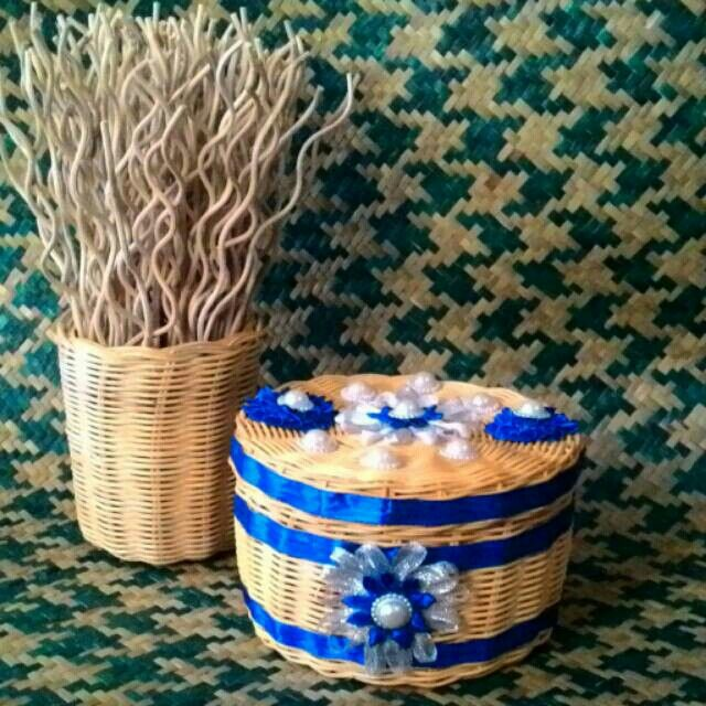 Rotan yang menjadi ciri khas kerajinan Kalimantan ini, sering diolah menjadi aneka rupa peralatan rumah tangga.  Salah satu hasil kreasi rotan yang sering digunakan adalah keranjang rotan yang dibuat dalam bentuk aneka rupa.  Berhiaskan pita bunga menjadikan keranjang rotan ini semakin cantik.   Ukuran:  Diameter 16cm  Tinggi 11cm   Harga: Rp. 45.000,-   #rotan #keranjang #rotanmurah #keranjangmurah #serbaguna #potrotan #Martapura #Kalimantan #Borneo