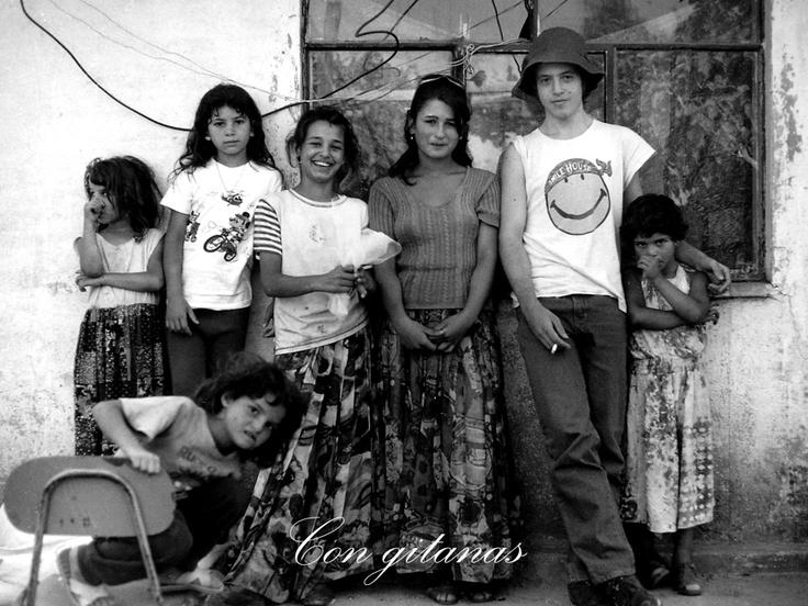 Esta foto nos la tomó mi amigo y gran fotógrafo Diego Flores, con quien compartí parte de la experiencia de documentar y conocer al pueblo gitano en Chile. Aparezco rodeado de un grupo de niñas gitanas de un campamento en Villa Alemana, año 2001.