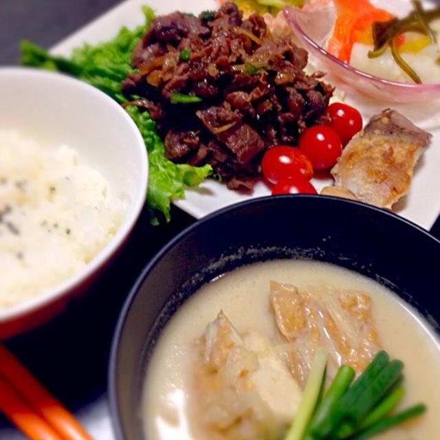 梨を使ったタレに、お肉・玉ねぎ・椎茸・ニラを漬け込んで♫ お魚は正月のブリを塩麹に漬けておきました。 カブの酢の物は柚子の皮添えて。 胡瓜の醤油麹和え。 腕ものは、厚揚げ豆腐とつみれ、根菜の粕汁仕立てにしました〜(*^_^*) - 3件のもぐもぐ - 自家製プルコギプレート by Aya Tsutsui
