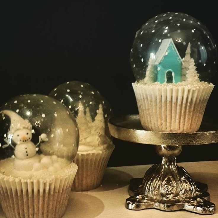 Gelatin Bubble snow globe cupcakes ! Excuse my premature Christmas disorder :D .. I just couldn't resist the urge…
