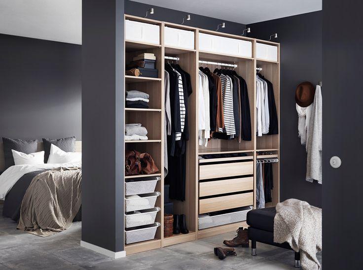 Epic Ein helles mittelgro es Schlafzimmer u a eingerichtet mit hohem MALM Bettgestell mit Schubladen in braun