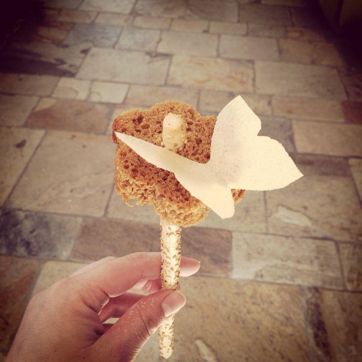 Ontbijtkoek bloem op soepstengel met een vlinder van eetpapier.